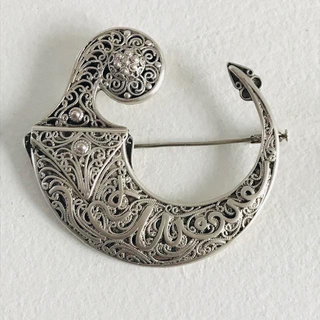 Broche ancienne Berbère de défense pour dame en argent massif, le bijoux est une pièce ancienne ancienne